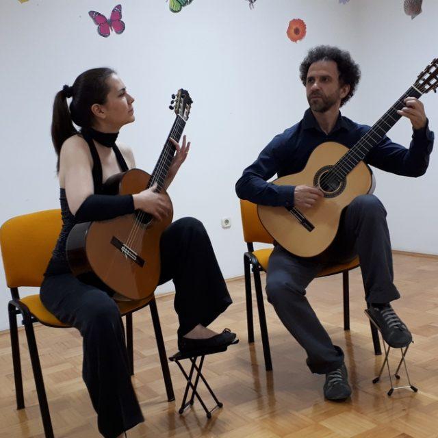 "Gitarski duo ""COULE"" nastupio  u Kninu"
