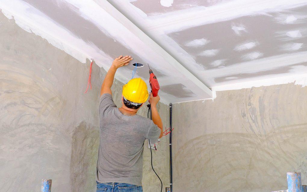 https://www.pou-knin.hr/wp-content/uploads/worker-installing-board-ceiling-1020x640.jpg