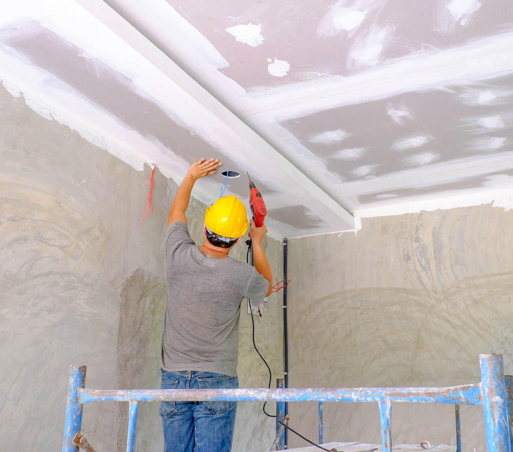 https://www.pou-knin.hr/wp-content/uploads/worker-installing-board-ceiling.jpg